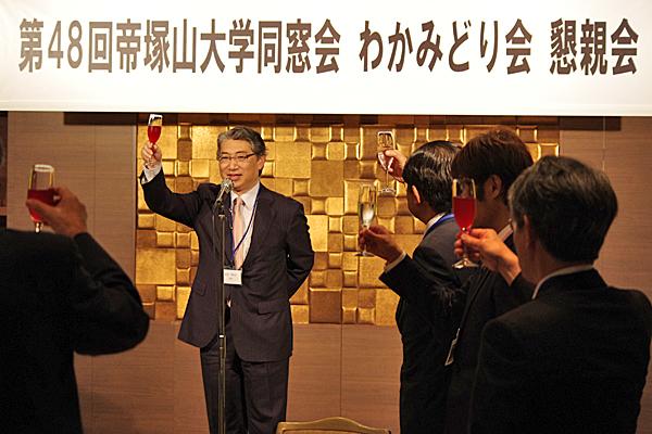 昨年の懇親会・岩井学長による乾杯(於:ホテル日航大阪)